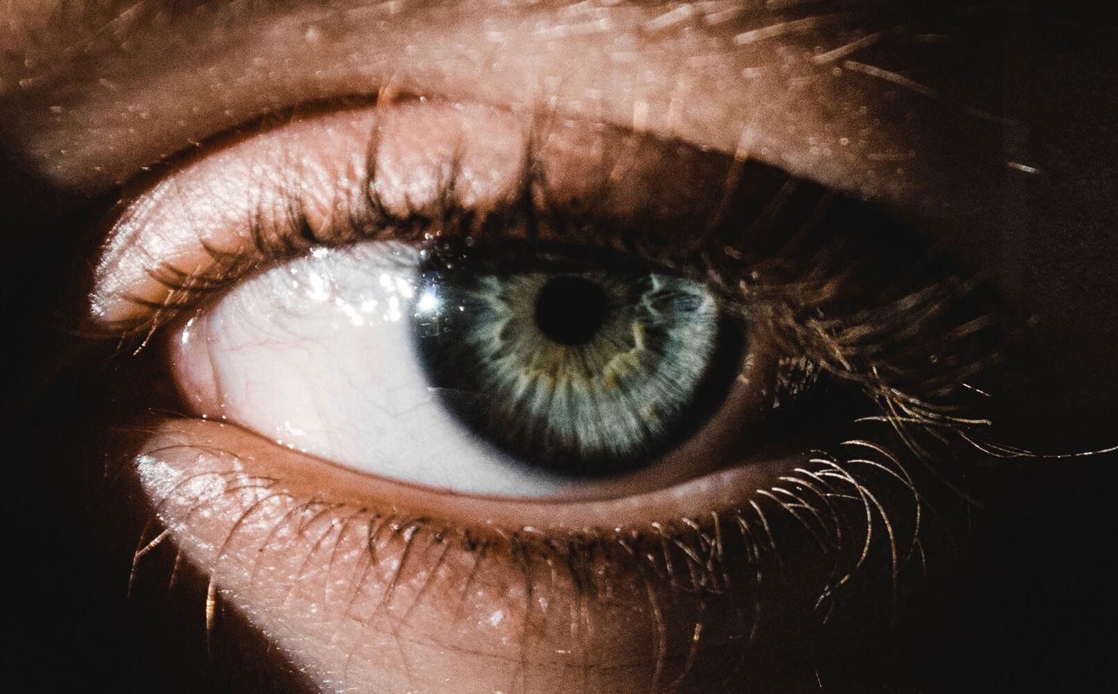 Утром нужно очищать глаза